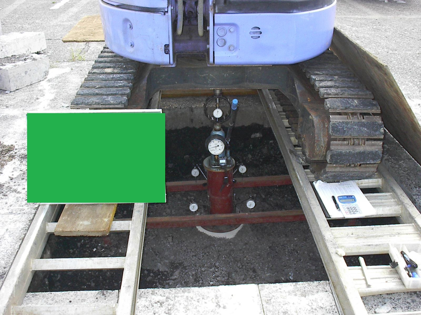 ミニバックホウを反力とした試験装置(50kN/㎡)
